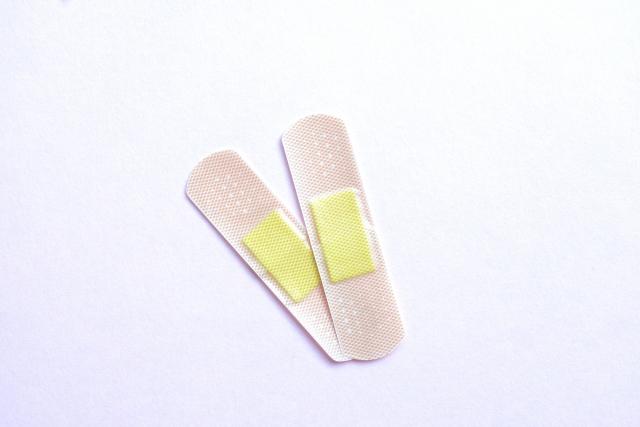 ①応急措置としてバンドエイドを指の間に貼る